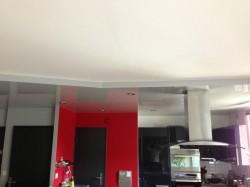 Plafond-tendu-gris-brillant-cuisine-volume-spot-led-iNove®